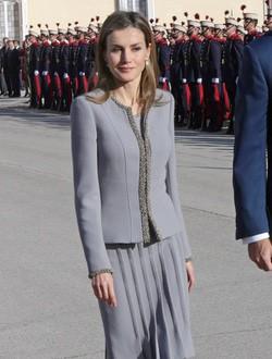 La Reina Letizia con un conjunto gris de Felipe Varela