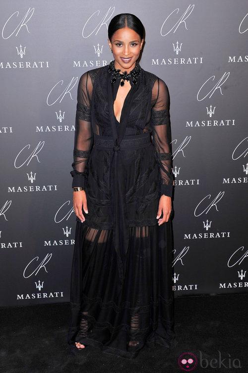 Ciara Hilton con un diseño con transparencias negras