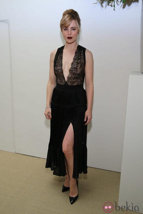 Melissa George con un vestido con transparencias negras