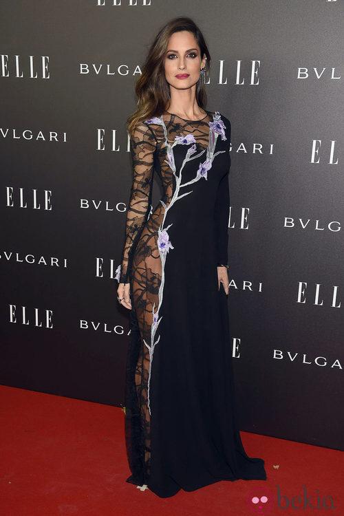 Ariadne Artiles con un vestido con transparencias negras y detalles florales