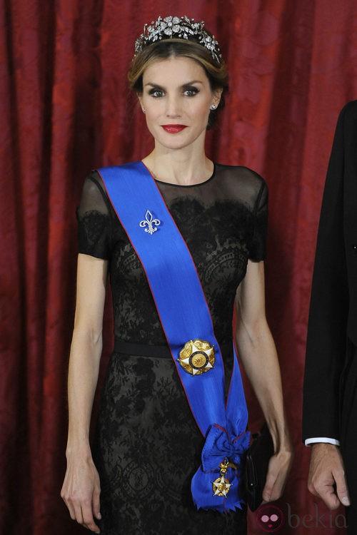 La Reina Letizia con un vestido con transparencias negras