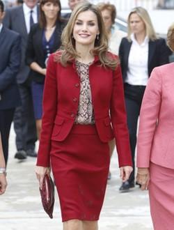 La Reina Letizia con un traje carmín de Felipe Varela