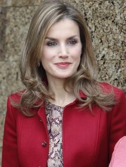 La Reina Letizia con la melena suelta en su viaje a Portugal