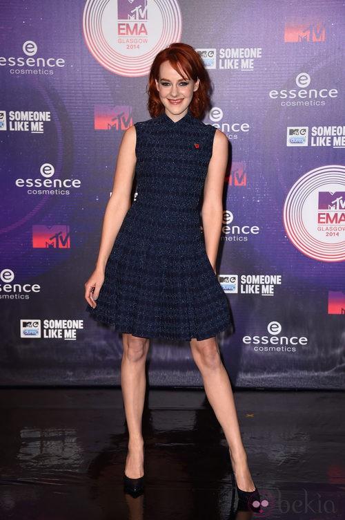 Jena Malone con un vestido azul marino en los MTV EMA 2014