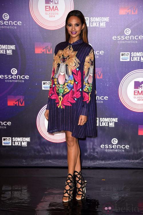 Alesha Dixon con un vestido colorido en los MTV EMA 2014