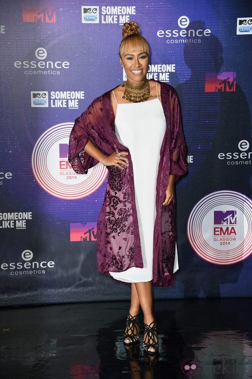 Emili Sandé con un vestido blanco en los MTV EMA 2014