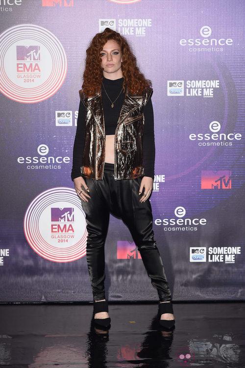 Jess Glynne con chaqueta metalizada en los MTV EMA 2014