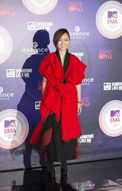 Bibi Zhou con un look en rojo en los MTV EMA 2014