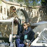 Silvia Zamora y Anastasya Bondarenko posan subidas a un coche en la nueva colección de invierno de Indi & Cold