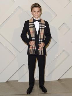 Romeo Beckham posa en la presentacion de la campaña de Navidad 2014 de Burberry