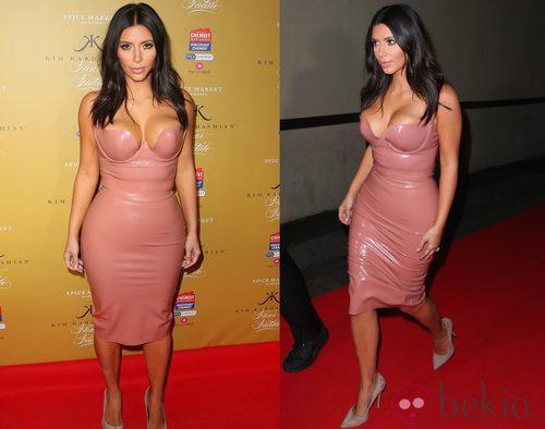 Kim Kardashian con un vestido de látex nude