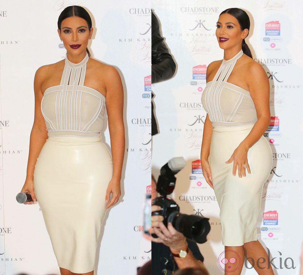 Kim Kardashian con una falda de tubo de látex blanca