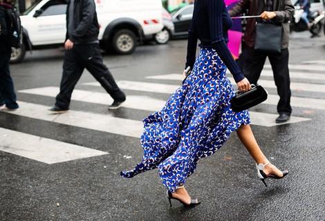 Falda estampada y colorida que permite lucir piernas durante el periodo de entretiempo