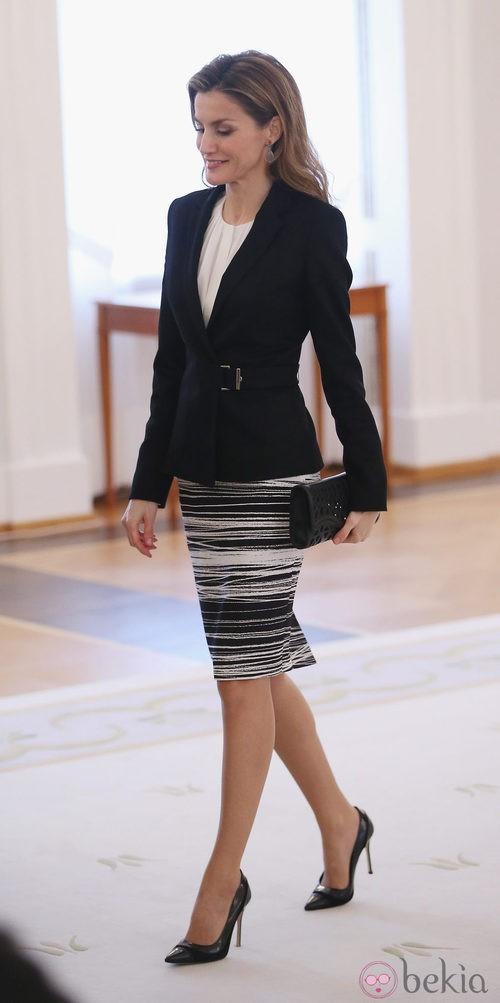 Doña Letizia con un conjunto black&white de Hugo Boss