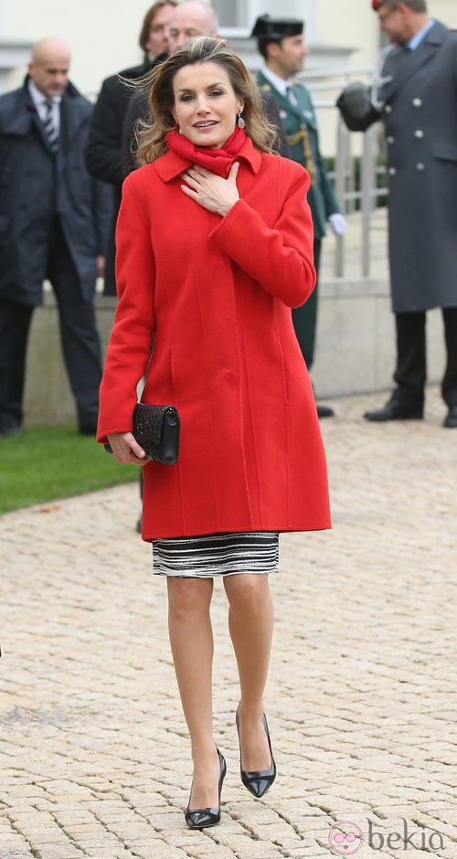 Doña Letizia con un abrigo de lana rojo de Hugo Boss