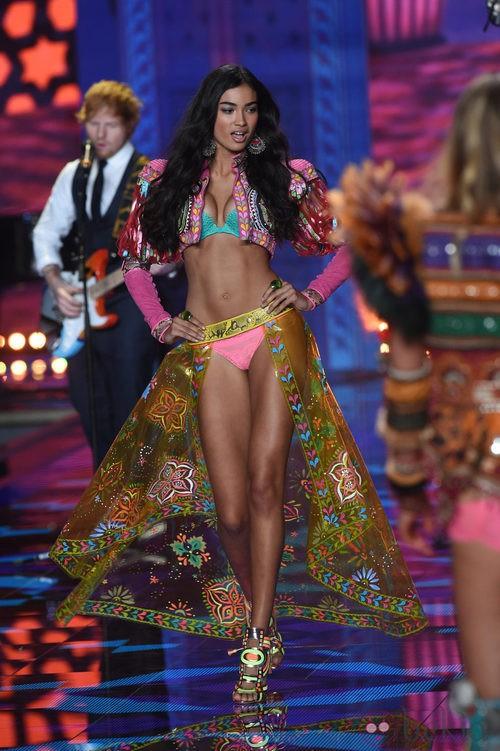 Kelly Gale desfila sobre la pasarela de 'Victoria's Secret Fashion Show 2014'