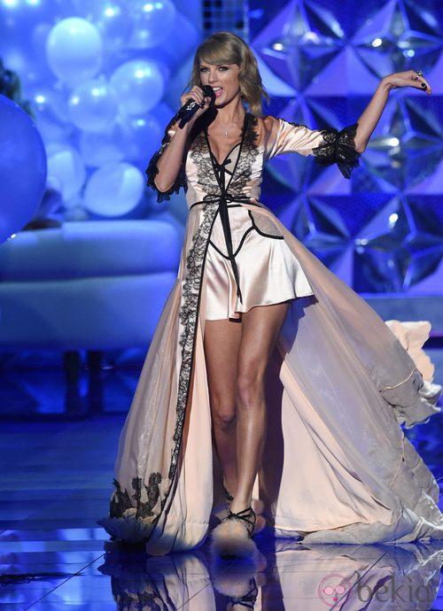Taylor Swift actuando en la pasarela de 'Victoria's Secret Fashion Show 2014'
