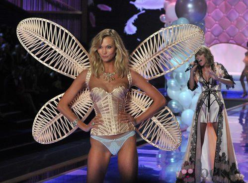 Karlie Kloss desfila sobre la pasarela de 'Victoria's Secret Fashion Show 2014'