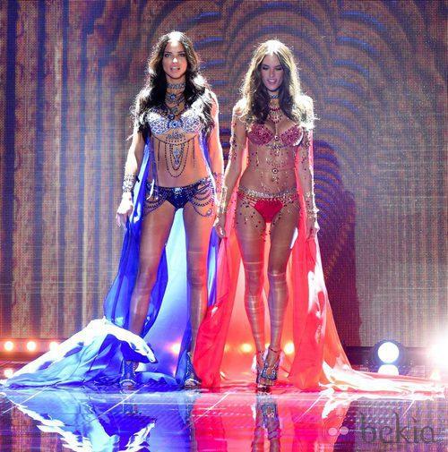 Adriana Lima y Alessandra Ambrosio lucen los 'fantasy bra' de Victoria's Secret