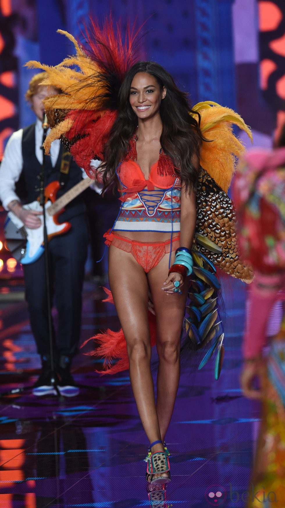 Joan Smalls desfila sobre la pasarela de 'Victoria's Secret Fashion Show 2014'