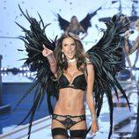 Alessandra Ambrosio desfila sobre la pasarela de 'Victoria's Secret Fashion Show 2014'