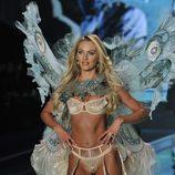Candice Swanepoel desfila sobre la pasarela de 'Victoria's Secret Fashion Show 2014'