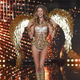 Behati Prinsloo desfila sobre la pasarela de 'Victoria's Secret Fashion Show 2014'