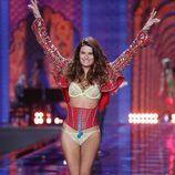 Isabeli Fontana desfila sobre la pasarela de 'Victoria's Secret Fashion Show 2014'