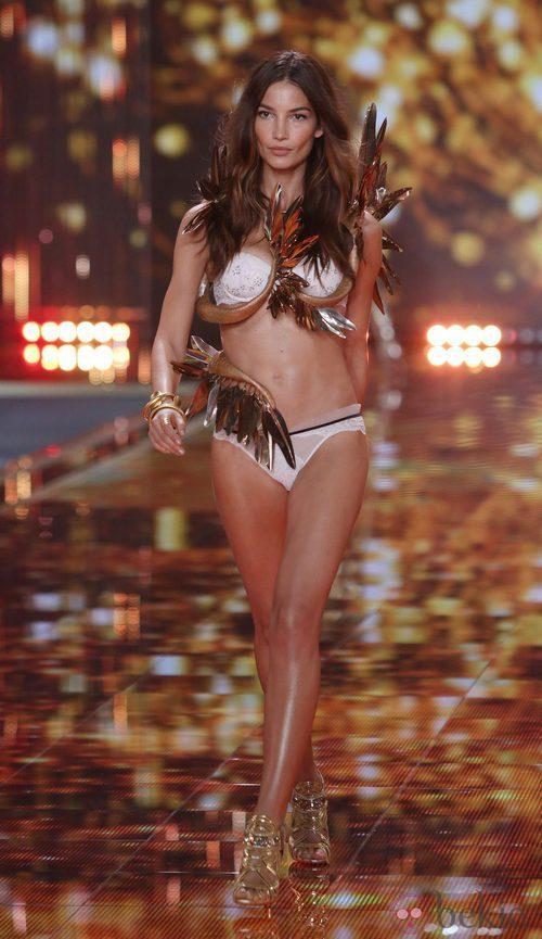Lily Adridge desfila sobre la pasarela de 'Victoria's Secret Fashion Show 2014'