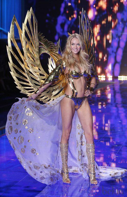 Lindsay Ellingson desfila sobre la pasarela de 'Victoria's Secret Fashion Show 2014'