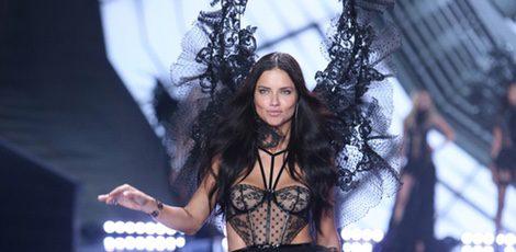 Adriana Lima desfila sobre la pasarela de 'Victoria's Secret Fashion Show 2014'