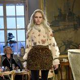 Blusa con aplicaciones y falda bouclette de la colección pre-fall 2015 de Chanel