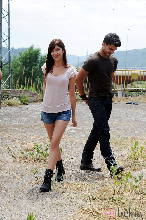 Úrsula Corberó con shorts denim, camiseta de manga corta y botines negros