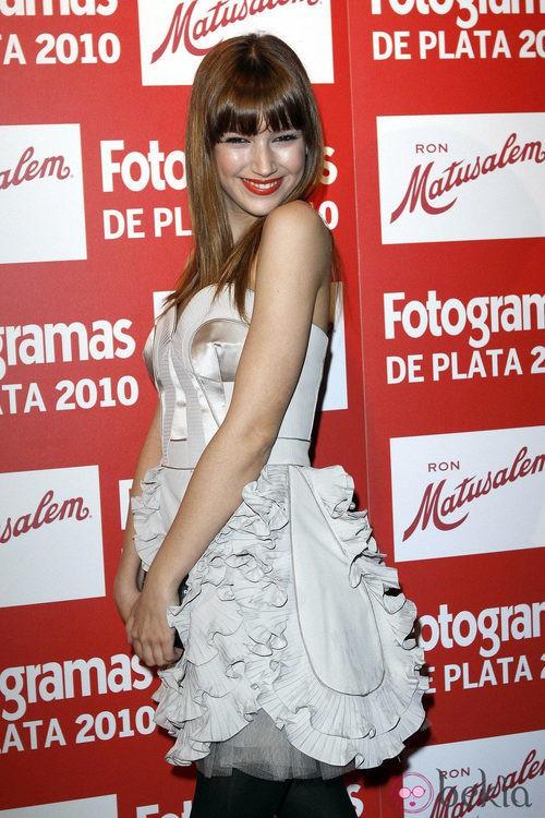 Úrsula Corberó con un vestido plata ribeteado
