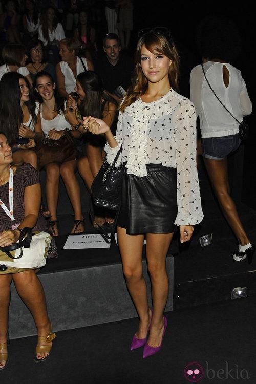 Úrsula Corberó con blusa de gasa y minifalda de cuero