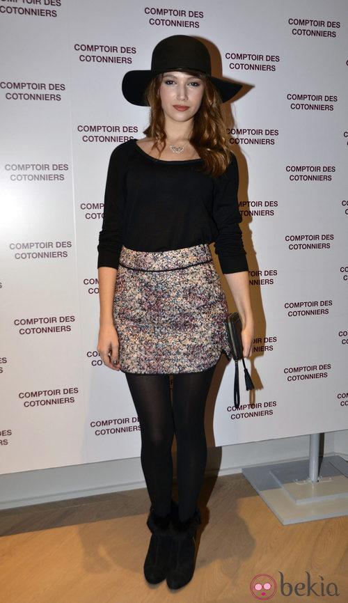 Úrsula Corberó con una falda estampada y camiseta de cuello barco negra