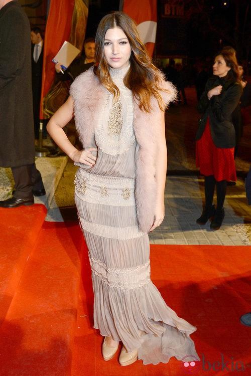 Úrsula Corberó con un vestido largo nude drapeado