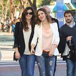Úrsula Corbero y Clara Lago con jeans y blazer