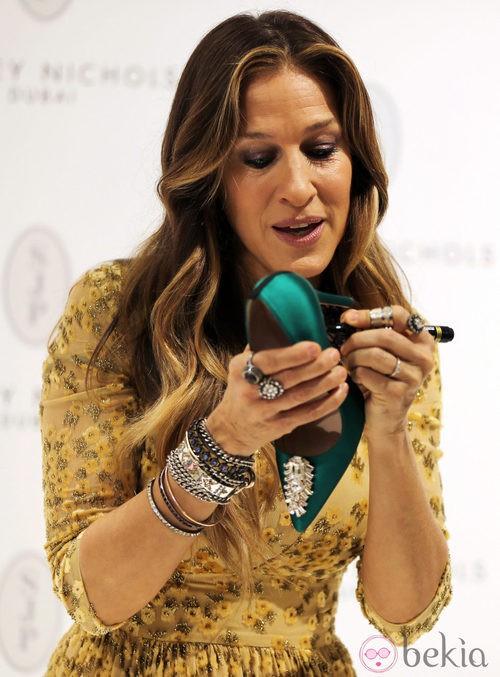 Sarah Jessica Parker firmando uno de los zapatos de su colección en Dubai