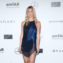 Bar Refaeli con un vestido de Stella McCartney en la gala amfAR 2014 en Milán