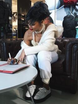 Rihanna firmando como directora creativa de Puma
