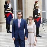 La Reina Letizia con un vestido evasé en tono crema en Francia