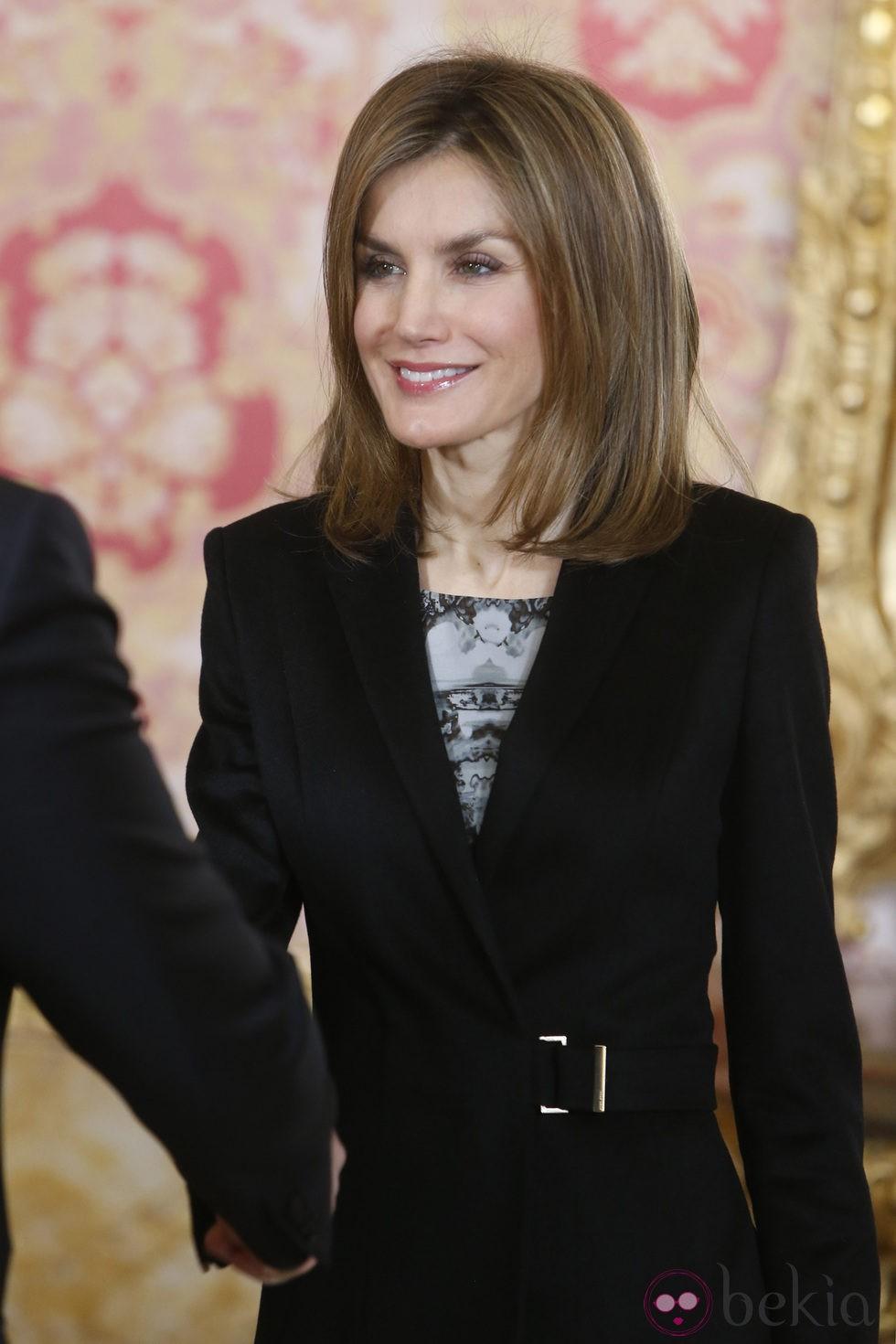 La Reina Letizia luciendo nuevo look durante una reunión en La Zarzuela