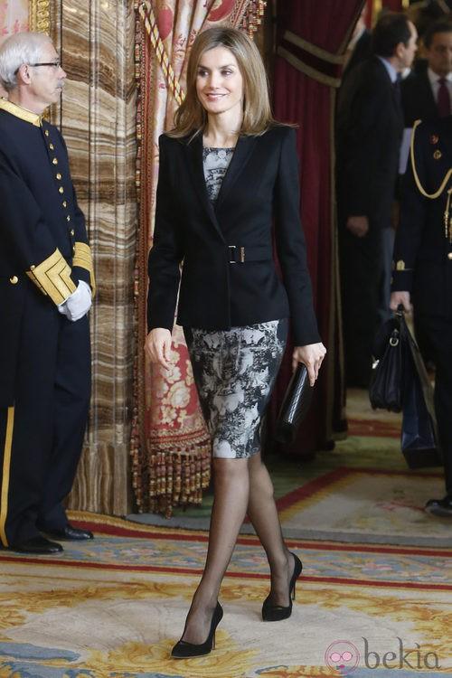 La Reina Letizia luciendo un vestido estampado de Hugo Boss
