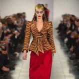 Falda roja y chaqueta 'animal print' en el desfile de Alta Costura, de John Galliano, en Londres