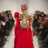 Vestido largo en rojo en el desfile de Alta Costura, de John Galliano, en Londres