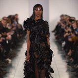 Vestido negro de corte asimétrico en el desfile de Alta Costura, de John Galliano, en Londres