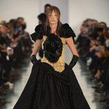 Vestido negro y dorado en el desfile de Alta Costura, de John Galliano, en Londres
