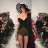 Corsé negro, short y capa negra en el desfile de Alta Costura, de John Galliano, en Londres