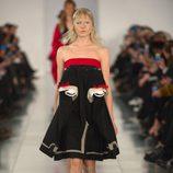 Vestido negro con detalles en rojo y blanco en el desfile de Alta Costura, de John Galliano, en Londres